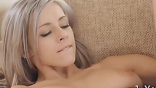 Solo honey toys her pussy